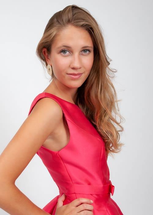 Portraitfoto, Junge Frau im roten Kleid