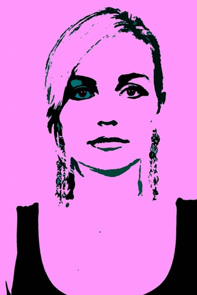 Portrait im Popart-Style: junge Frau vor pinken Hintergrund